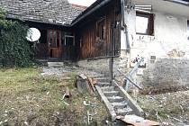 Lenora den po výbuchu plynu. Dům naproti zničeného bytového domu.