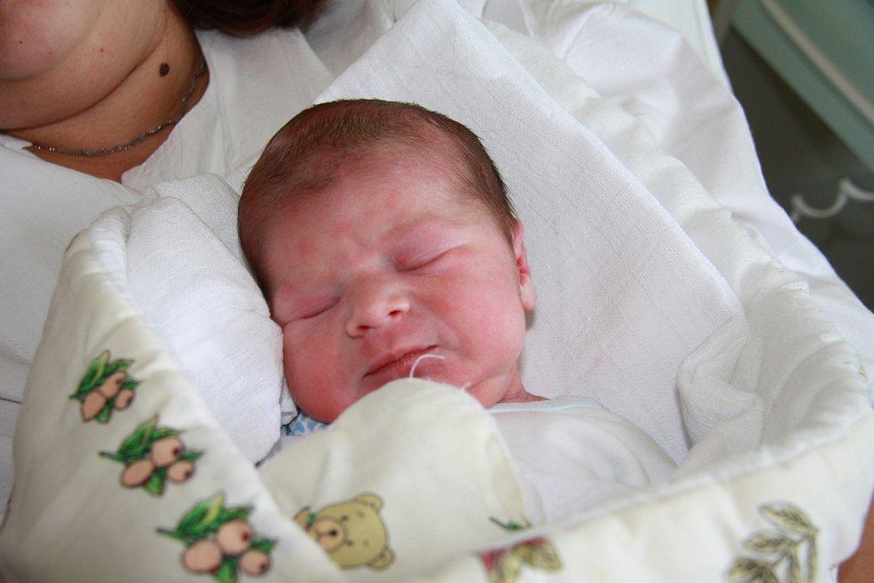 TOBIÁŠ TOUŠEK, VOLARY. Narodil se ve čtvrtek 5. září v 7 hodin a 10 minut v prachatické porodnici. Vážil 2903 gramů. Má brášku Benjamina (9 let). Rodiče: Pavla Lorenčíková a Libor Toušek.