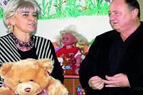 DÁREK. Dnes spustí provoz nově otevřená Školička Medvídek v prostorách Azylového domu v Husinci. Při otevření dostala její ředitelka Eva Dvořáková dárek od Vítězslava Jandáka.