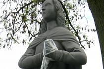 Neznámý vadal už potřetí poškodil sochu Panny Marie u Dubu.