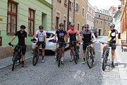 Někteří závodníci si již vyzkoušeli trať horského kola. Vyráželi z Prachatic.