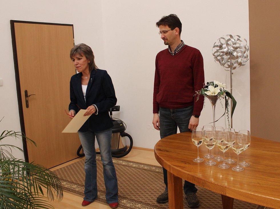 Antonín Smola z Volar převzal od starostky Martiny Pospíšilové ocenění za vítězství ve fotografické soutěži Alej roku.