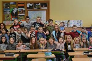 parta k nezaplacení. Čtvrťáci ze Základní školy ve Vacově nominovali svou třídní učitelku Pavlínu Kopáčikovou (nahoře uprostřed se šerpou) do ankety o nejoblíbenějšího učitele Zlatý Ámos. S krajským kolem soutěže si děti poradily na výbornou a jejich paní