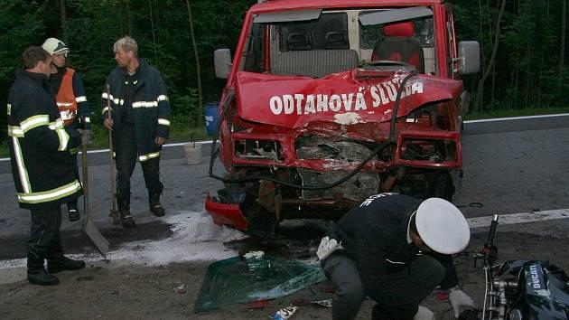 Náraz zcela zdemoloval přední část nákladního auta.