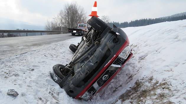 Silný mráz a náledí působilo na Prachaticku problémy řidičům. Mimo vozovku skončil řidič nissanu u Korkusovy Huti.