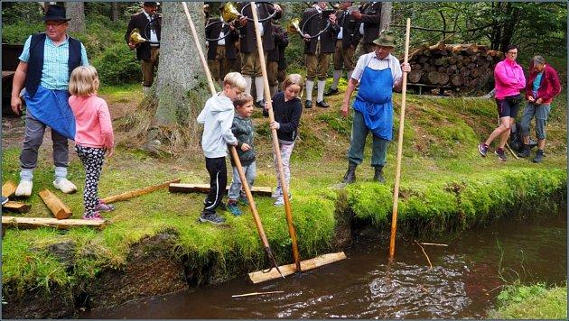 Vsobotu 14.září se letos již osmé plavení dříví konalo vRakousku upotoku Schrollenbach.