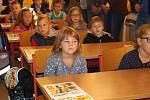 Do první třídy ZŠ ve Vlachově Březí nastupuje 28 žáků. Přivítali je ostatní žáci školy, učitelé i starosta města.