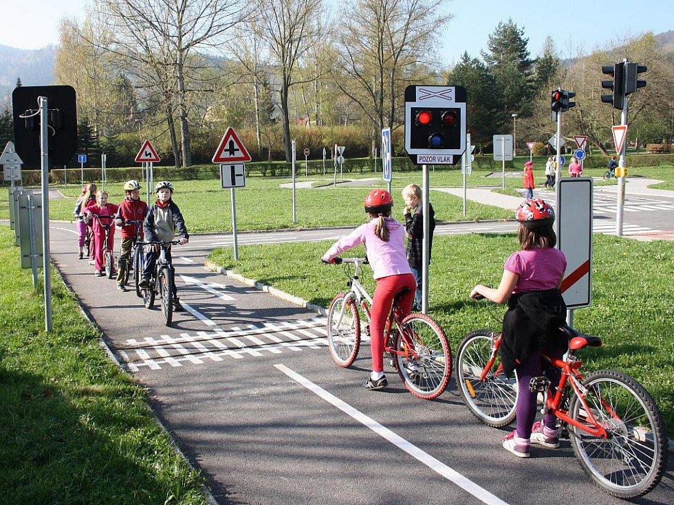 Třeťáci z Vodňanky na kolech nacvičovali dopravní předpisy.