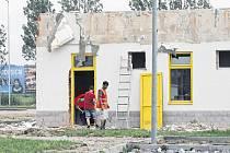 Pracovníci stavební firmy bourají v těchto dnech benzinovou čerpací stanici u obchodního domu Globus v Českých Budějovicích, kde mohli levně tankovat řidiči z celého kraje. Na jejím místě však vyroste do konce tohoto roku nová a větší benzinka.