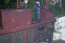 Při povodních v roce 2002 hrozilo protžení hráze rybníku Mnich v netolicích. jeho stavidla tak musela nemilosrdně nahoru.