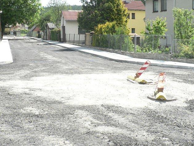 Obec reklamuje práci soběslavské firmě, která uspěla ve výběrovém řízení na rekonstrukci cesty na Oboře. Ilustrační foto.