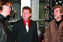 V KOTELNĚ. Vedoucí odboru investic Jaromír Markytán a zastupitelé Karel Dvořák a Zdeněk Kollar (zleva) v kotelně Národního domu. Rozvody tepla jsou jednou  z nejvyšších položek oprav.