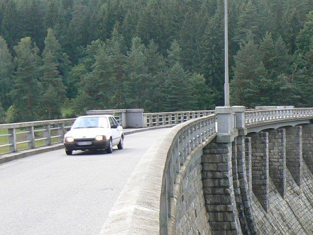 Na Husinecké přehradě bude od 9 do 15 hodin probíhat oprava návodních stavidel. Doprava bude odkloněna přes Těšovice. Ilustrační foto.