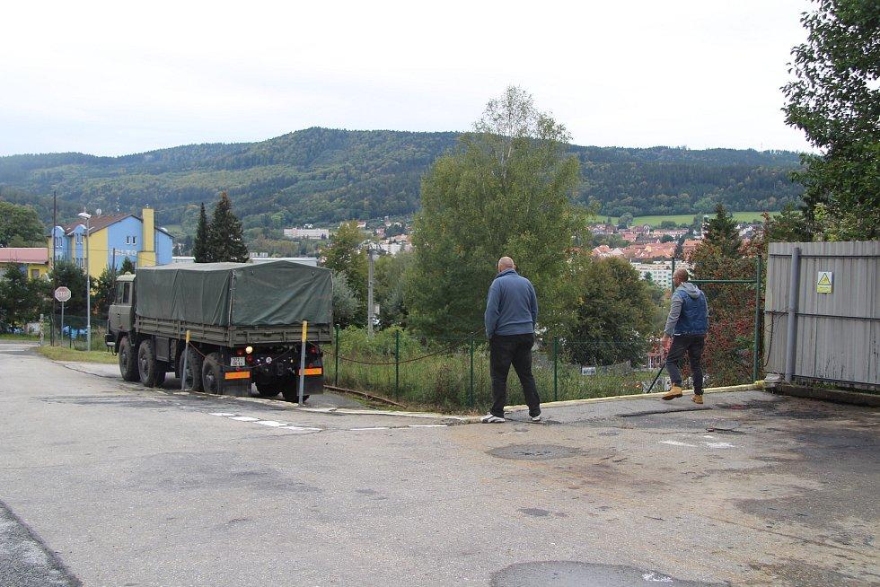Příprava volebního driv-in místa v areálu prachatické Správy a údržby silnic.