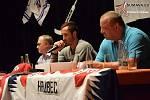 Šimon Hrubec besedoval se svými fanoušky ve Vimperku.