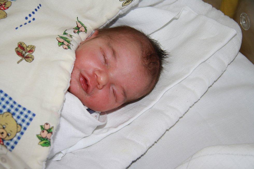 MIROSLAV ŠKORPÍK, PROTIVEC.Narodil se v pondělí 3. února v 18 hodin a 15 minutv prachatické porodnici. Vážil 3560 gramů. Rodiče: Anna Hodinová a Miroslav Škorpík.