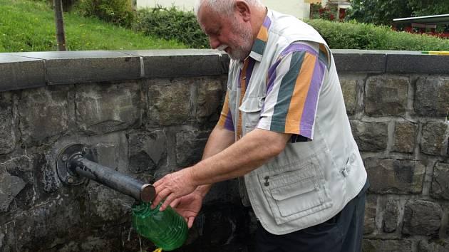 Emil Nachlinger si pro vodu z Pivovarského pramene jezdí až z Těšovic.