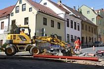 Uzavírky Zahradní ulice kvůli napojení mateřské školy na soustavu Tepelného hospodářství využil i Strabag pro práce na kanalizační přípojce.