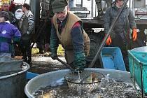 Opakovaným zvedáním plného podběráku měli za celý den rybáři v rukách pěkných pár metráků.