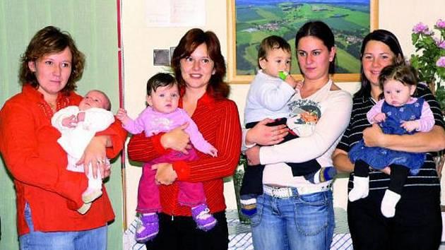 HISTORICKÁ UDÁLOST. Rodiče přivedli na přivítání čtyři nové občánky Babic.
