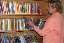 Vlastní fond nemá, knihy si půjčuje z městských knihoven v Netolicích a Prachaticích.