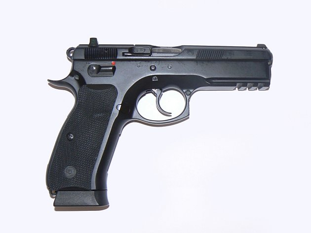 Okamžik stačil zloději, aby sáhl pro bezpečnostní vestu, v níž byla zbraň. Ilustrační foto.