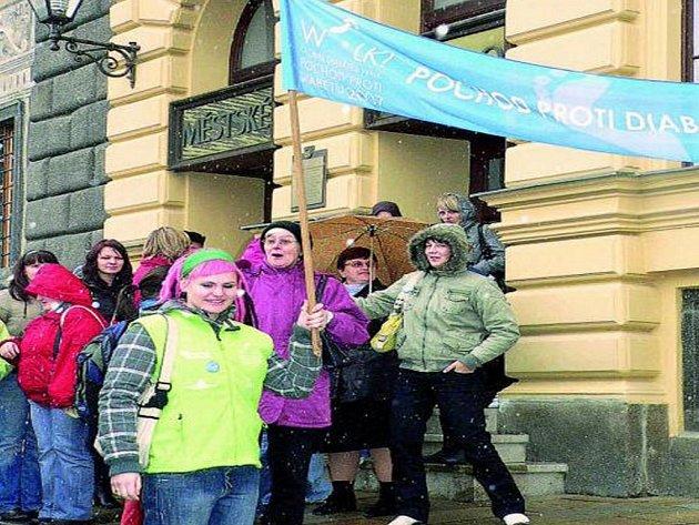 POCHOD. Z Velkého náměstí v Prachaticích do Hospicu sv. J. N. Neumanna se včera lidé vydali na pochod proti diabetu.