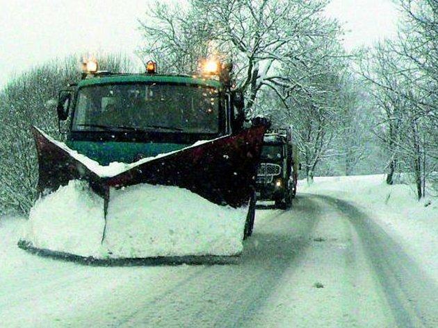 MAJÍ NAPILNO. V těchto dnech mají silničáři hodně práce. Řidiči by proto měli být ohleduplní a umožnit jim bezproblémové odklízení sněhu či solení silnic.