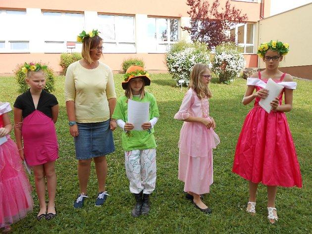 Skřítci pozvali do Základní školy na Zlaté stezce v Prachaticích kamarády ze školek.