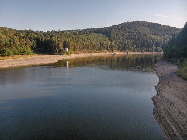 Husinecká přehrada upouští ještě méně vody, než je dispečerské minimum. Důvodem je nedostatečný přítok do nádrže. Horní Blanice je téměř nasuchu.