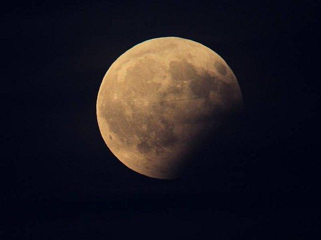 Částečné zatmění Měsíce, jak je zachytili naši čtenáři. Například tak vypadal měsíc nad Kloubem u Vodňan.