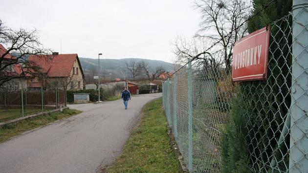 Původně jen nový povrch chtělo položit město Prachatice. Nakonec však opravu přehodnotilo a lokalitu za kolejemi nechá opravit komplet.