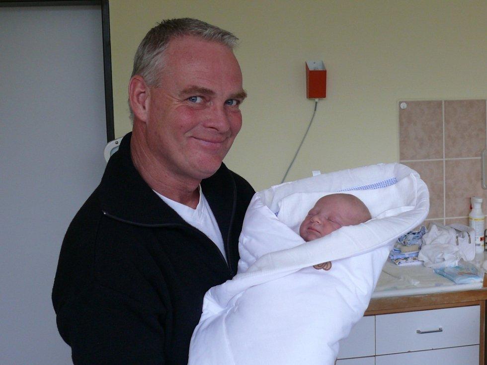 Alexander Milan Faktor se narodil v prachatické porodnici v úterý 27. listopadu v 15.05 hodin. Vážil 4,30 kilogramu a měřil 52 centimetrů. Rodiče Romana a Alexander si syna odvezou domů, do Českých Budějovic.