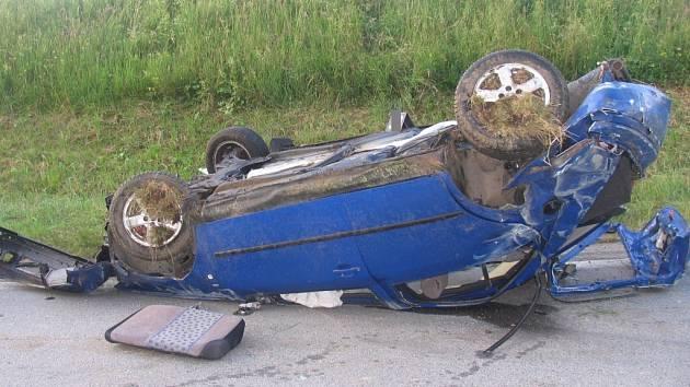 Škoda Octavia po nárazu do svahu poblíž Žárovné.