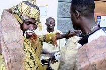 MUZEJNÍ NOC. V Muzeu české loutky a cirkusu mohli návštěvníci okusit kouzlo Afriky. Na prachatickém náměstí pak byl k vidění i šaman, který neváhal přimět k tanci i přihlížející dámy.