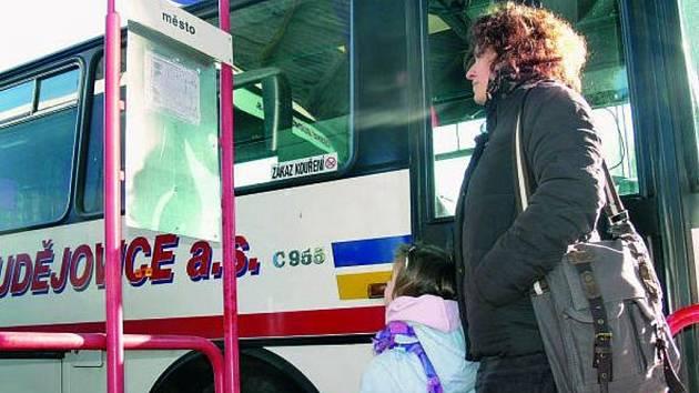 JEN Z NÁDRAŽÍ. Zájemci, kteří chtějí po městě autobusem, musejí nejprve dorazit na místní nádraží.
