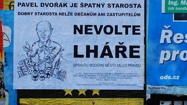 Petr Moravec mladší vylepil ve středu po Vimperku plakáty zaměřené proti starostovi města.