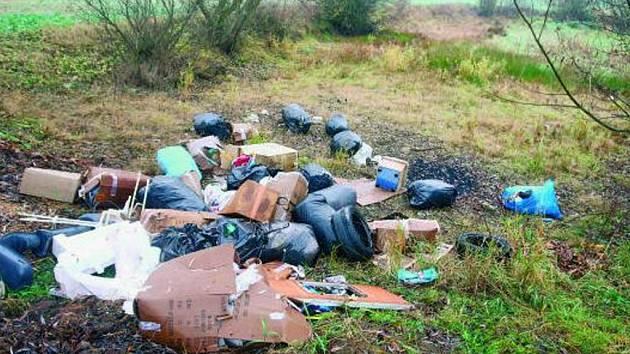 ČERNÉ SKLÁDKY. Nebezpečný odpad postupně z obcí mizí. Zániku skládek by pomohlo i to, kdyby lidé více třídili odpad.  Ilustrační foto.