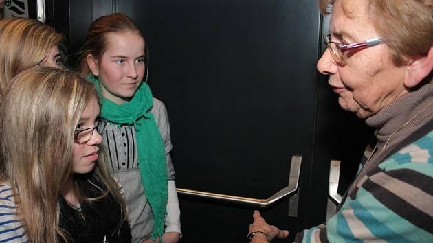 Dagmar Lieblová se nezdráhala ukázat žákům po besedě vězeňské číslo, které jí po příjezdu do koncentračního tábora vytetovali na levé předloktí.