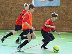 Desítka družstev fotbalových mladších žáků si ve dvou turnajích zahrála v prachatické sportovní hale o pohár předsedy OFS Prachatice.