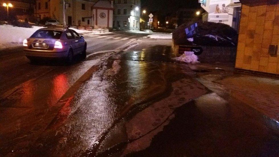 Prasklá vodovodní trubka v prachatické Zvolenské ulici vytvořila na chodníku a silnici řeku.
