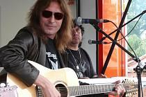 Ani Aleše Brichtu ve Zdíkově neuvidí. Jeho koncert, stejně jako další koncerty rockových kapel pořadatel přesunul do Vimperka.