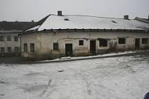 Městská správa bytů ve Volarech zaznamenává nárůst opuštěných bytů, z nichž se Romové přestěhovali do Kanady. Oficiálně byl vrácen jen jeden.
