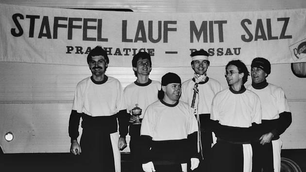 Štafetový běh se solí běželi před třiceti lety běžci z Prachatic až do Pasova. Letos si běh zopakují po trase Zlaté stezky do Grainetu.