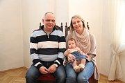 Ema Lukešová a její rodiče Barbora Pohořalová a Pavel Lukeš.
