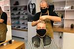 Prachatický kadeřník Jakub Bouda pracoval až do půl čtvrté ráno ve čtvrtek 22. října.