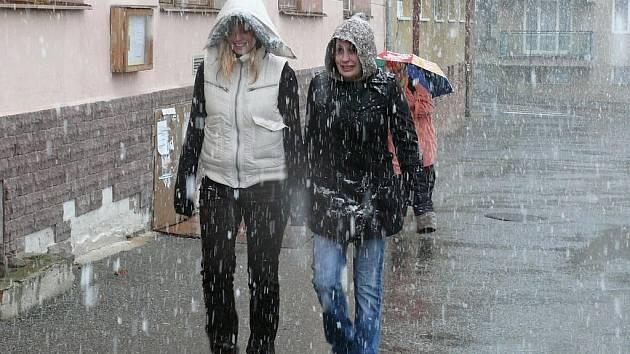 Přesně tak vypadalo počasí v Prachaticích před rokem. Třináctého října se na město snesly první sněhové vločky.