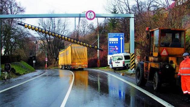 NEVYDRŽELA. Protinárazovou zábranu poškodil řidič nákladního vozidla, který se spolehl na svůj navigační systém a přehlédl dopravní značení.
