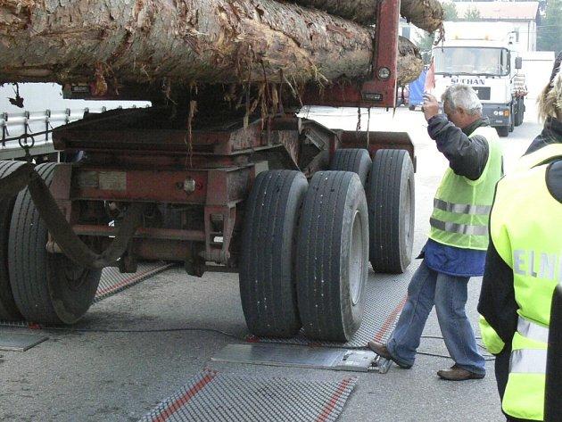 Vážení kamionů ve volarských kasárnách