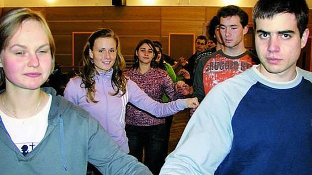 PŘÍPRAVY. Čtvrťáci vimperského gymnázia se již připravují na blížící se maturitní ples.